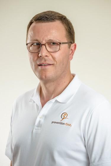 https://www.preventionfirst.de/wp-content/uploads/2020/11/Dr.-med.-Johannes-Scholl_BIT7361_S_NHilLTI5_t.jpg